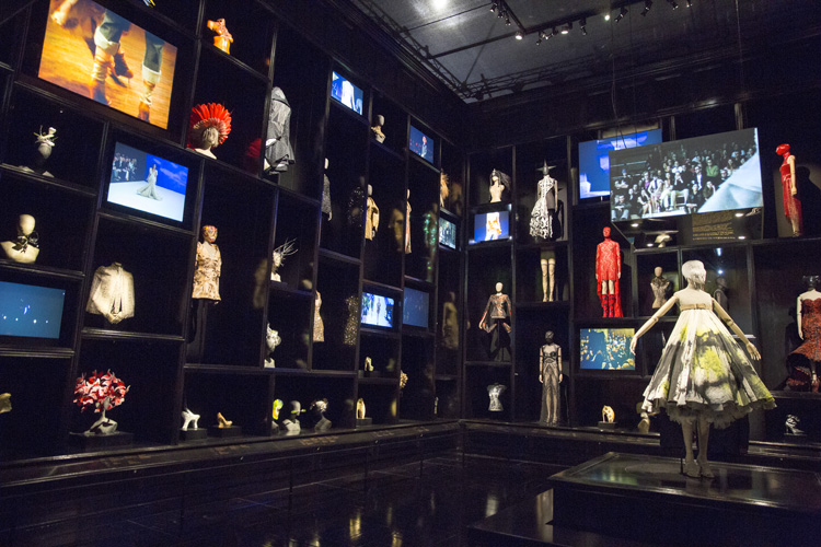6-alexander-mcqueen-savage-beauty-exhibition-at-londons-va-museum