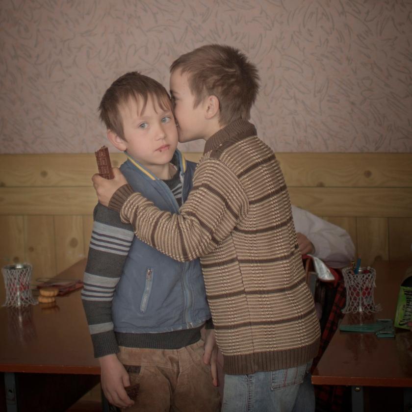Baroncea, Moldavien. Tvillingarna Igor och Arthur firar sin nionde födesledag med att bjuda klasskompisar på lite choklad.