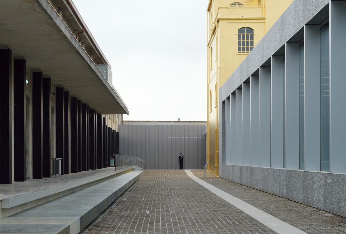 Prada Milano Käsilaukku : Fondazione prada milano invasioni pervasioni by