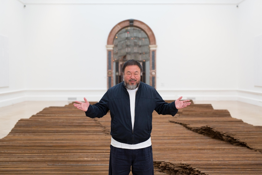 Ai Weiwei with his installation Straight, Royal Academy of Arts, 2015. Ph. Dave Parry, Courtesy of Royal Academy of Arts, London.